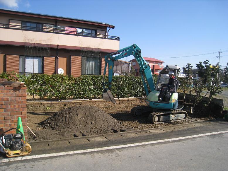 駐車場の砕石敷き、転圧
