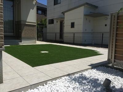 人工芝とタイルでステキなお庭