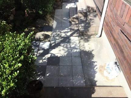 坪庭 平板敷き白黒ツートン